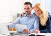 Attractive couple doing administrative paperwork — Стоковое фото
