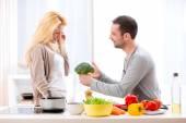 Jovem casal atraente se divertindo na cozinha — Fotografia Stock