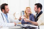 Doctor gives pills to couple of patient — Stock Photo