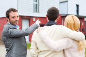 Real estate agent shows details to customers — Stock Photo