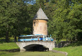 "Excursion train on the bridge in ""pil-tower"". Pavlovsk — Stock Photo"