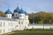 View Holy cross Cathedral autumn day. St. George monastery — Stock Photo