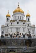 The Cathedral of Christ the Savior closeup on a cloudy day. Moscow — Stock Photo