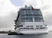 Massive Cruise ship at port — Стоковое фото