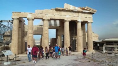 Tourists in Athenian Acropolis in Greece — Stock Video