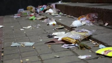 Lot of garbage lying on the street — Vídeo de Stock