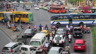 Road traffic near Victory Monument in Bangkok, Thailand — Stock Video