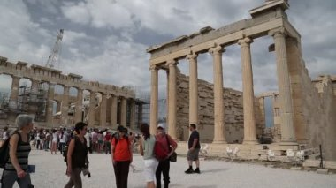 People near Parthenon - ancient temple in Athenian Acropolis, Greece — Stock Video
