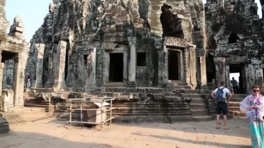 People at Bayon - Khmer temple complex at Angkor Thom, Siem Reap, Cambodia — Stock Video