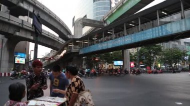 Thai people and heavy traffic in Bangkok, Thailand — Stock Video