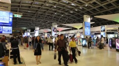 People in duty free store inside Bangkok international airport in Thailand — Stock Video