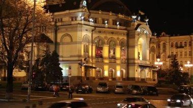 Road traffic near opera house in Kiev, Ukraine — Stock Video