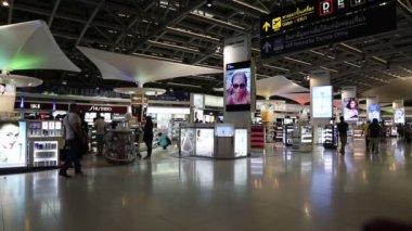 People in duty free store — Stock Video