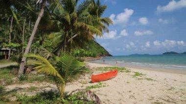 Canoe on     tropical beach — Stock Video