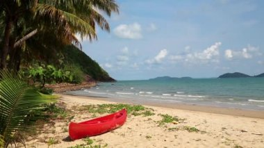 Red canoe on tropical beach — Stock Video