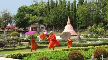 Buddhists in Mini Siam park — Stock Video