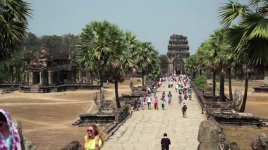 People in Angkor Wat temple — Stock Video