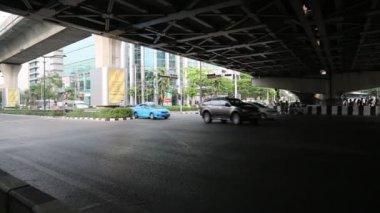 Road traffic under bridge in Bangkok — Stock Video