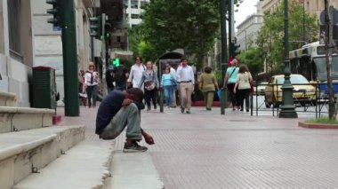 Beggar and people on the street in Athens — Stock Video