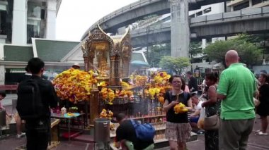 Thai people near mini buddhist temple — Stok video