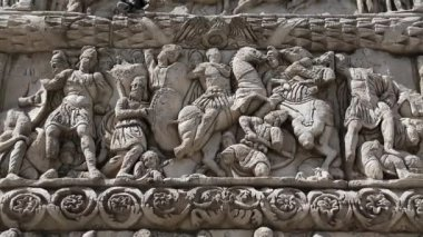 Bas-relief on the ancient Arch of Galerius — Vídeo Stock