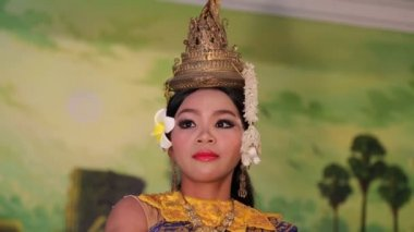 Apsara dancer in restaurant in Siem Reap — Stock Video