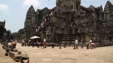 Persone vicino a Angkor Wat tempio centrale — Video Stock