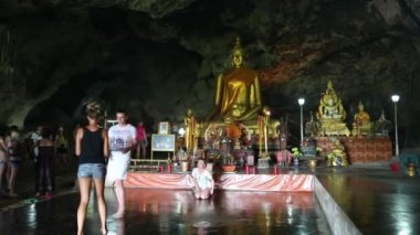 People and Golden Buddha statue — ストックビデオ