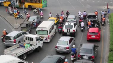 Many cars on the crossroads in Bangkok — Stock Video