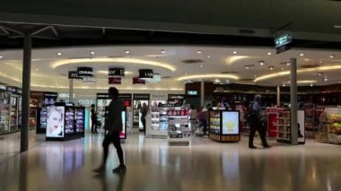 People in duty free area in airport — Stock Video