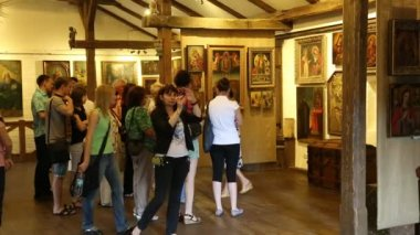 People at excursion inside Radomysl Castle — Stok video