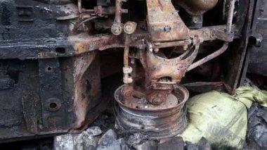 Burnt car lying — Stock Video