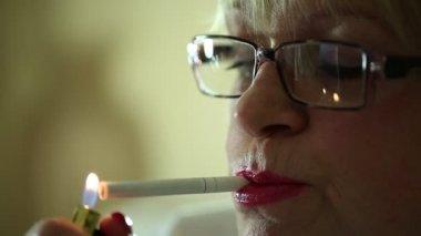 Äldre kvinna röka cigarett — Stockvideo