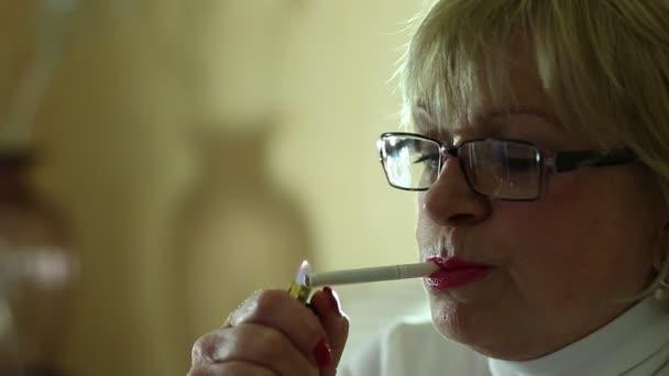 Mujer Senior con gafas fumar — Vídeo de stock