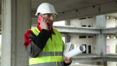 Civil engineer with cell phone — Stock Video