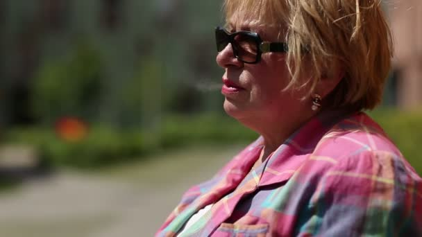 Fumar cigarrillo mujer Senior — Vídeo de stock