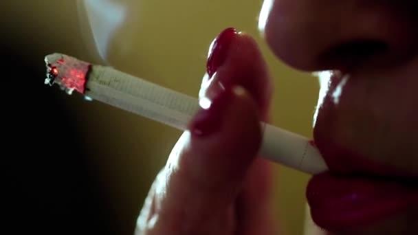 Mujer con cigarrillo cerrar — Vídeo de stock