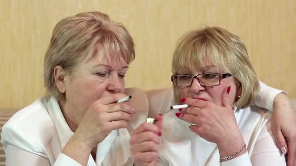 Dos mujeres fuman cigarrillos — Vídeo de stock