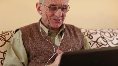 Senior man communiceert via laptop — Stockvideo