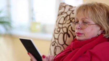 Vrouw lezing elektronische boek — Stockvideo