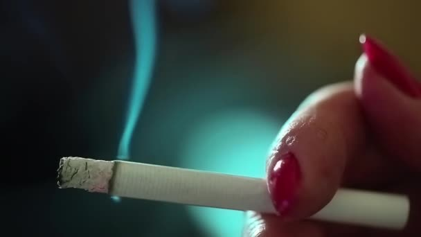 Mujer con las uñas rojas de fumar — Vídeo de stock