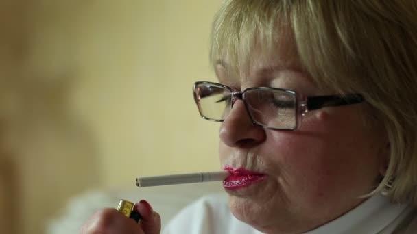 Mujer con cigarrillo, cerca de tiro — Vídeo de stock