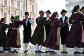 Membros do povo do grupo casamazzagno, gruppo folclore e Emília da Itália durante o 48 festival internacional de folclore em zagreb — Fotografia Stock