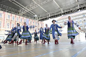 Members of folk group Selkirk, Manitoba, Ukrainian Dance Ensemble Troyanda from Canada during the 48th International Folklore Festival in Zagreb — Stock Photo