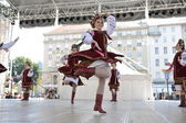 Leden van folk groep selkirk, manitoba, oekraïense dans ensemble troyanda uit canada tijdens de 48ste internationale folklore festival in zagreb — Stockfoto