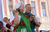 Os membros do povo grupo sloga selacka de nedelisce, Croácia durante o 48 festival internacional de folclore em zagreb — Fotografia Stock