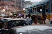 Dark city traffic blurred in motion at late evening on crowded streets in Calcutta — Stock Photo