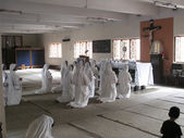 Sisters of Mother Teresa's Missionaries of Charity in prayer in the chapel of the Mother House, Kolkata — Stock Photo