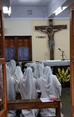 Sisters of Mother Teresa's Missionaries of Charity in prayer in the chapel of the Mother House, Kolkata — Stockfoto