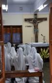Irmãs de missionários de madre teresa de caridade em oração na capela da casa mãe, kolkata — Foto Stock